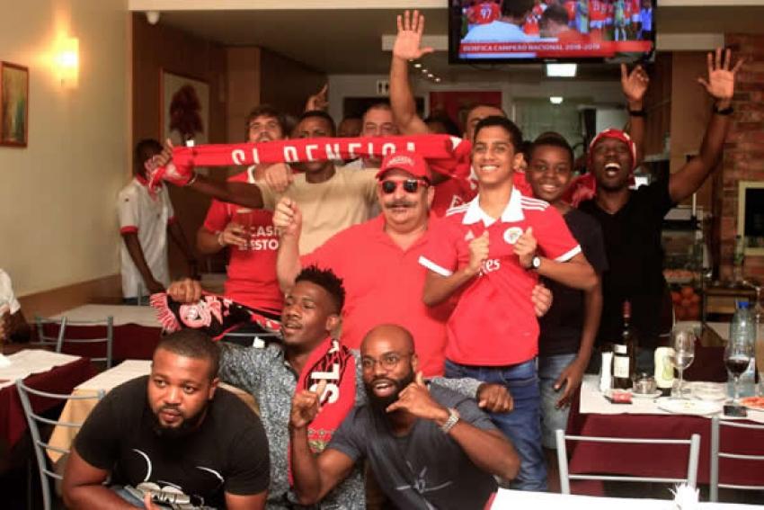 Benfica campeão: Benfiquistas celebram em restaurantes de Luanda mas as maiores festas são na periferia