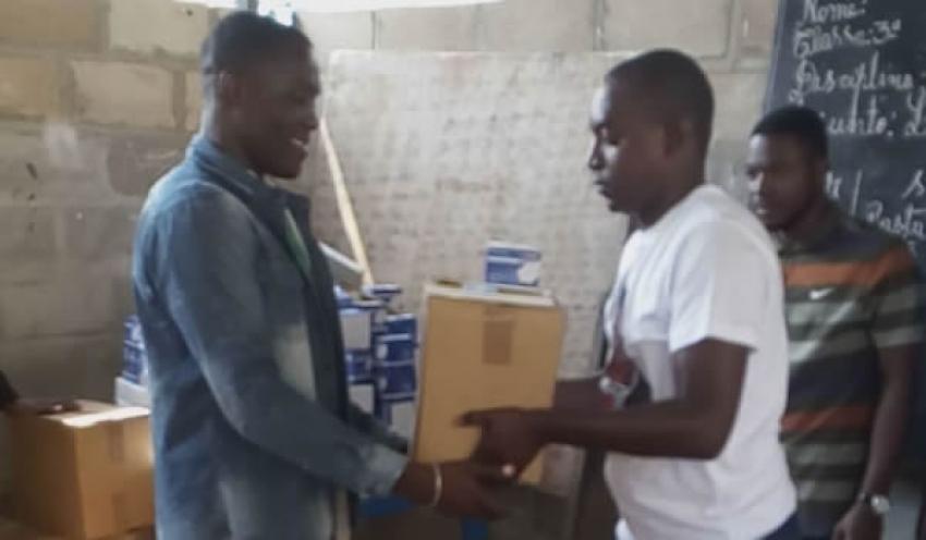 Conselho Provincial de Juventude de Luanda doa livros, cadernos, lápis e giz a explicação