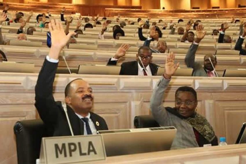 Revisão do Orçamento angolano aprovada apesar de votos contra e abstenção da oposição