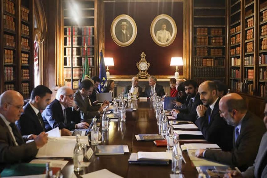 Familiares de diplomatas autorizados a fazer trabalho remunerado em Portugal e Angola