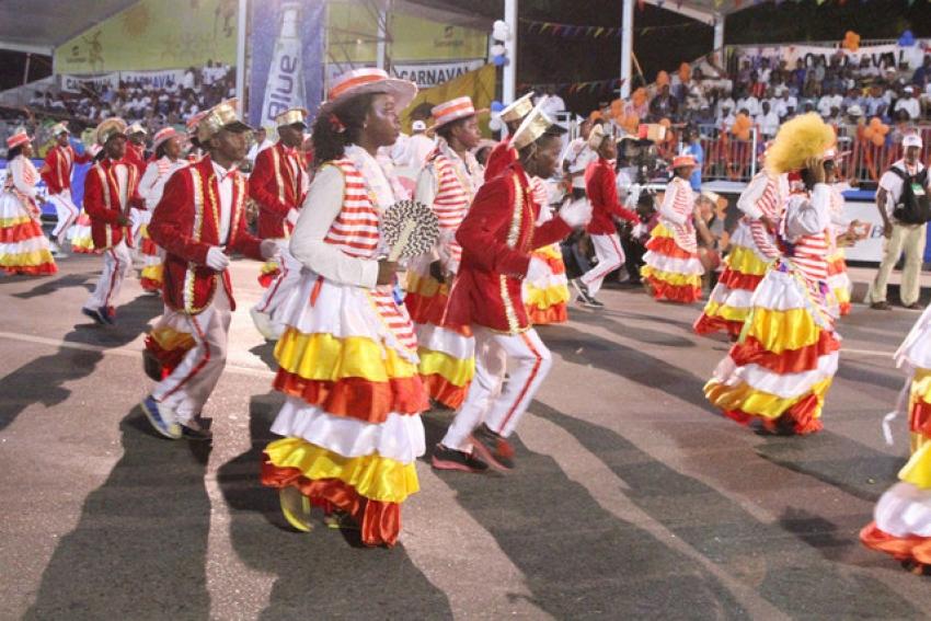 Carnaval anima marginal de Luanda e conta com Presidente angolano na plateia