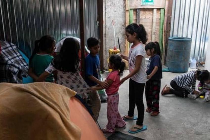 Crianças que entraram sem adultos nos Estados Unidos vão para bases militares