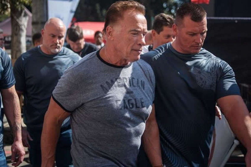Arnold Schwarzenegger é agredido com chute em evento na África do Sul