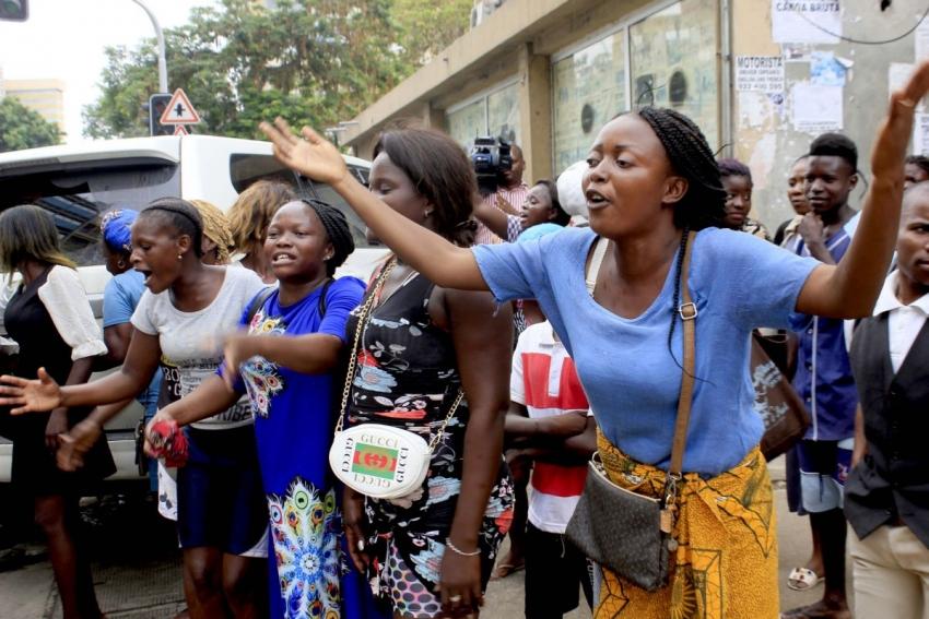 """Meia centena de """"zungueiras"""" protestam em Luanda por não poderem vender em dezembro"""
