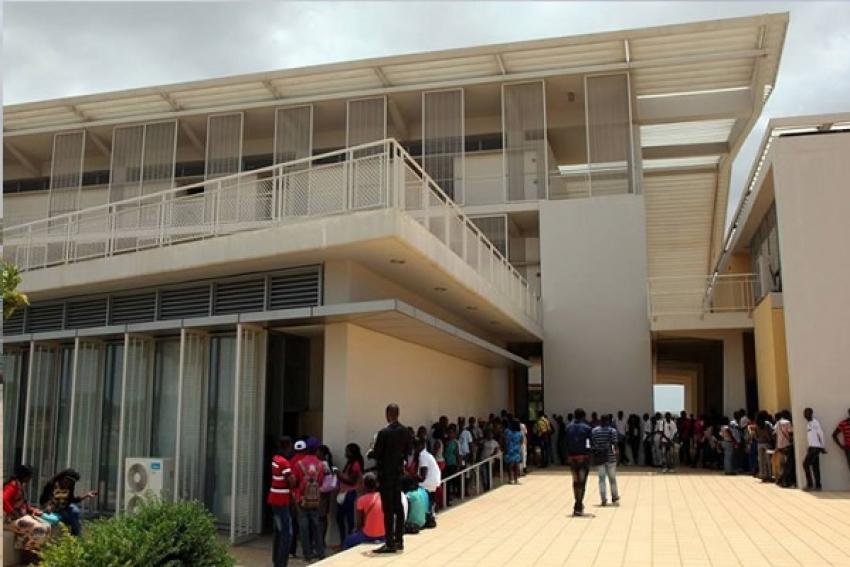 Maior universidade de Angola pede para cobrar propinas